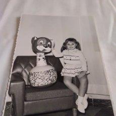 Fotografía antigua: 94-FOTOGRAFIA NIÑA Y JUGUETE ANTIGUO GIJON FOTO REIJA AÑOS 60. Lote 173568992