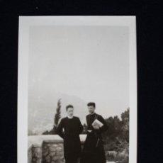 Fotografía antigua: FOTOGRAFÍA DOS CURAS CLÉRIGOS PSOANDO . Lote 173655220