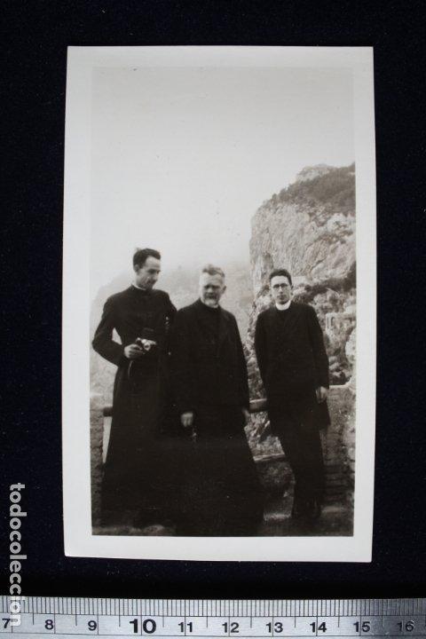 FOTOGRAFÍA CURAS CLERIGOS POSANDO EN PAISAJE MONTAÑOSO (Fotografía - Artística)