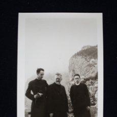 Fotografía antigua: FOTOGRAFÍA CURAS CLERIGOS POSANDO EN PAISAJE MONTAÑOSO. Lote 173655427