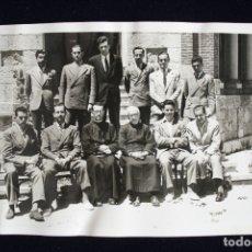 Fotografía antigua: FOTOGRAFÍA CABALLEROS Y CLÉRIGOS POSANDO INFORMACIONES GRÁFICAS ALCALÁ . Lote 173662923