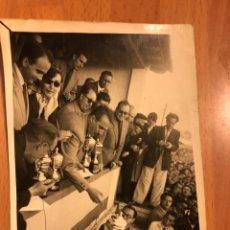 Fotografía antigua: FOTO RECIBIENDO TROFEOS 11X8,5 CM. Lote 174048417