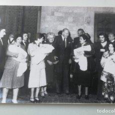 Fotografía antigua: ANTIGUA FOTOGRAFIA DE AGENCIA EFE - BARCELONA - PALACIO GENERALITAT TARRADELLAS HOMENAJE LAS PRIMERO. Lote 174270434