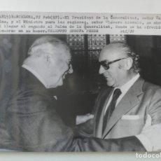 Fotografía antigua: FOTOGRAFIA DE AGENCIA EFE - BARCELONA - TARRADELLAS CON EL MINISTRO DE LAS REGIONES CLAVERO AREVALO. Lote 174270495
