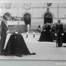 Fotografía antigua: ZARAGOZA EL REY JUAN CARLOS EN LA ACADEMIA GENERAL MILITAR ENTREGANDO LOS DESPACHOS A LOS NUEVOS TEN. Lote 174270824