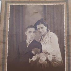 Fotografía antigua: FOTOGRAFÍA DE NOVIOS FINALES 1800 POSADO DE ESTUDIO. Lote 175127919