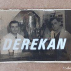 Fotografía antigua: ANTIGUA FOTOGRAFÍA 2 HOMBRES EN UN BAR. CAMAREROS. AÑOS 40. TROQUELADA.. Lote 175623395