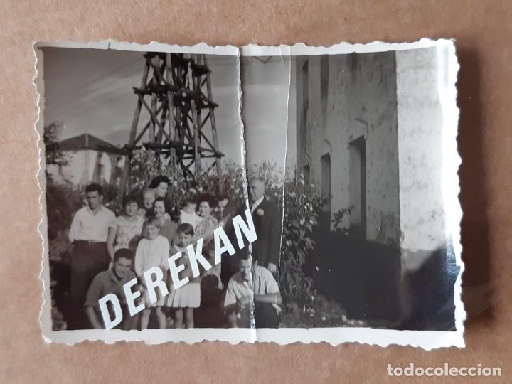 Fotografía antigua: LOTE 2 ANTIGUAS FOTOGRAFÍAS GRUPO FAMILIA. ASTURIAS. AÑOS 50 ó 60. TROQUELADAS. - Foto 2 - 175684110
