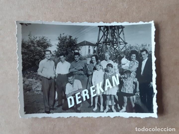 Fotografía antigua: LOTE 2 ANTIGUAS FOTOGRAFÍAS GRUPO FAMILIA. ASTURIAS. AÑOS 50 ó 60. TROQUELADAS. - Foto 4 - 175684110