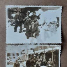 Fotografía antigua: LOTE 2 FOTOGRAFÍAS GRUPO AMIGOS NIEVE. DUBOSC ÓPTICA. OVIEDO. ASTURIAS. AÑOS 50. TROQUELADAS.. Lote 175684432