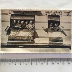 Fotografía antigua: FOTO. EN PLENAS FIESTAS. FOTO REPORT. J. RAGA. VALENCIA. H. 1955?.. Lote 175687582