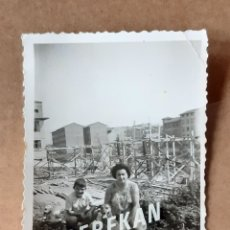 Fotografía antigua: ANTIGUA FOTOGRAFÍA MUJER Y NIÑO CON UN PERRO. OVIEDO. ASTURIAS. AÑOS 60. TROQUELADA.. Lote 175692437