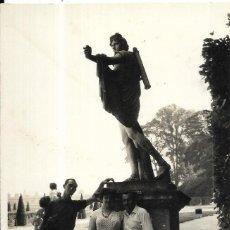 Fotografía antigua: == W518 - FOTOGRAFIA - AMIGOS JUNTO A UN MONUMENTO. Lote 175878862