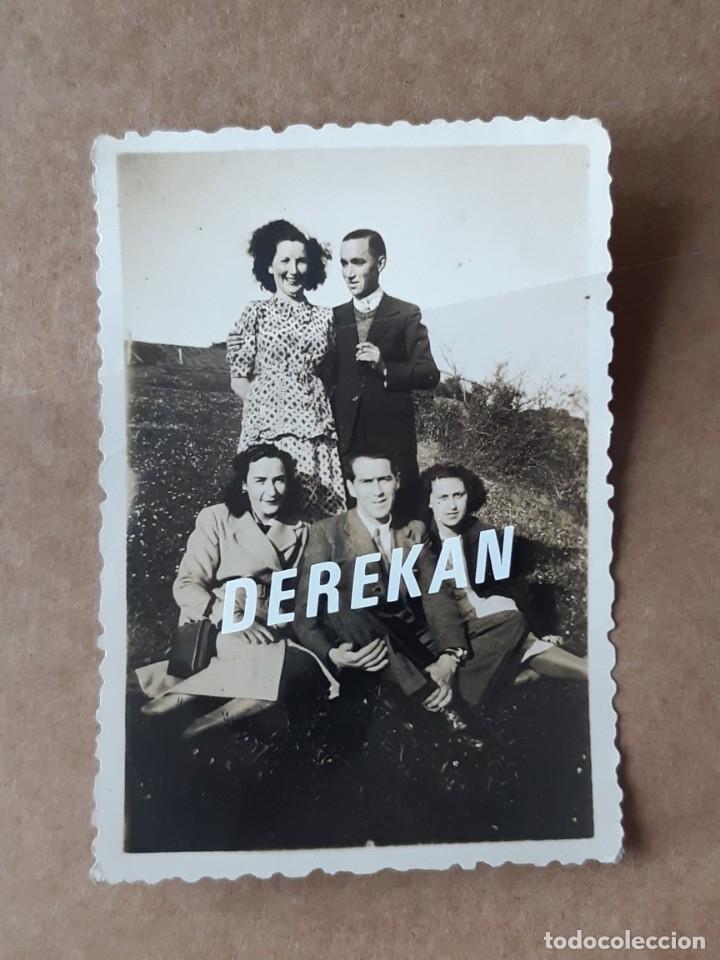 Fotografía antigua: LOTE 3 ANTIGUAS FOTOGRAFÍAS GRUPO AMIGOS. ASTURIAS. 1943. TROQUELADAS. - Foto 6 - 176354403