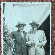 Fotografía antigua: SEÑORES POSANDO EN CASETA DE FERIA. Lote 176478377
