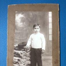 Fotografía antigua: ANTIGUA NIÑO PORTUGAL POSANDO GRABADA CARTON PHOTO PARIS SOBRE CARTON NIÑO PORTUGUES POSA GORRO. Lote 176756429
