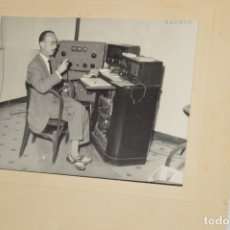 Fotografía antigua: FOTOGRAFÍA ORIGINAL - EMITIENDO DESDE ESTACIÓN DE RADIO, AÑOS 40 / 50 - MEDIDAS 24 X 18 CM. ¡MIRA!. Lote 177193873