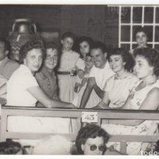 Fotografía antigua: FOTOGRAFIA GRUPO DE AMIGOS HOMBRES MUJERES EN UN PALCO FIESTAS VEDRELL AÑO 1956. Lote 177561399