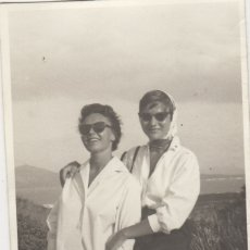 Fotografía antigua: FOTOGRAFIA - FOTO IAMIGAS EN POLLENSA MALLORCA DEDICADA - FOTOS BARCELO PALMA AÑO 1958. Lote 177613725