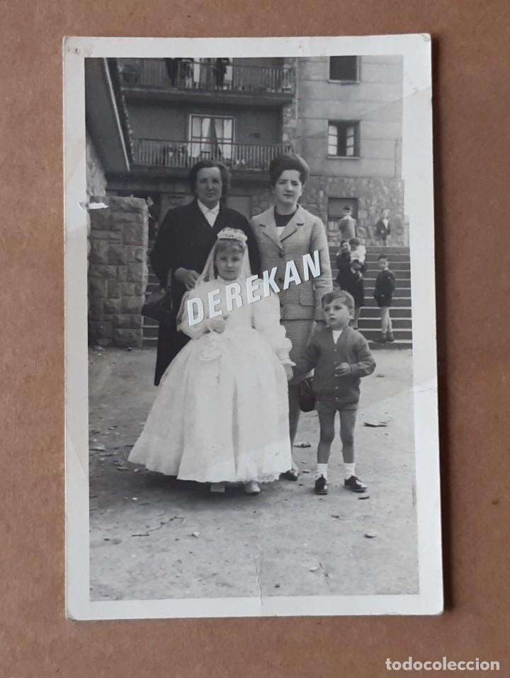 ANTIGUA FOTOGRAFÍA FAMILIA CON NIÑA PRIMERA COMUNIÓN. FOTO MONGE. OVIEDO. ASTURIAS. 1965. (Fotografía - Artística)
