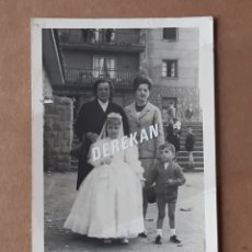 Fotografía antigua: ANTIGUA FOTOGRAFÍA FAMILIA CON NIÑA PRIMERA COMUNIÓN. FOTO MONGE. OVIEDO. ASTURIAS. 1965.. Lote 177668285