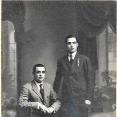 Fotografía antigua: FOTOGRAFÍA DE DOS HOMBRES, UNO DE PIE Y OTRO SENTADO - ARTE FOTOGRÁFICO J. CAMILLERI - CASTELLÓN. Lote 178134655