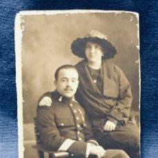Fotografía antigua: FOTOGRAFÍA ESTUDIO ROCA MATRIMONIO ESPOSOS TRAJE MILITAR MADRID AÑOS 20 S XX. Lote 178164596