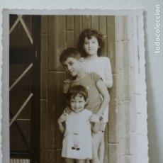 Fotografía antigua: FOTOGRAFÍA ANTIGUA - TRES HERMANITOS POSANDO - 10 X 7 CM. Lote 178203340