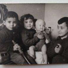 Fotografía antigua: FOTOGRAFÍA ANTIGUA - TRES HERMANITOS POSANDO CON SUS JUGUETES - 10 X 7 CM. Lote 178203365