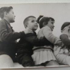 Fotografía antigua: FOTOGRAFÍA ANTIGUA - CUATRO HERMANITOS POSANDO EL TRENECITO - 10 X 7 CM. Lote 178203401