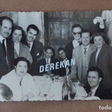 Fotografía antigua: ANTIGUA FOTOGRAFÍA GRUPO AMIGOS. FOTÓGRAFO J. CUENCA. 1956. VALENCIA. TROQUELADA.. Lote 178214082