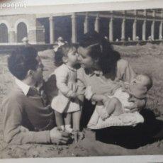 Fotografía antigua: FOTOGRAFÍA ANTIGUA - FAMILIA FELIZ POSANDO EN LA PLAYA MALVARROSA? - 8,5 X 7 CM. Lote 178229675