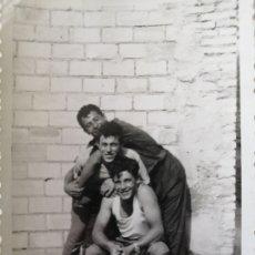 Fotografía antigua: FOTOGRAFÍA ANTIGUA - AMIGACHOS HACIENDO TRASTADAS - 10 X 7 CM - RELOJERÍA VENTURA ALCÁSSER. Lote 178232981