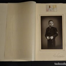 Fotografía antigua: ANTIGUA FOTOGRAFÍA DE PRIMERA COMUNIÓN DE SOLA, FOTOGRAFÍA PUIG DE REUS. CON CARPETA. Lote 178326138