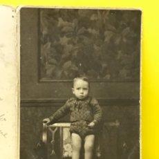 Fotografía antigua: ANTIGUA FOTOGRAFIA INFANTIL NIÑO POSANDO SOBRE SILLA FOTOGRAFO ALFONSO CALLE TOLEDO MADRID . Lote 178574641
