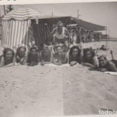 Fotografía antigua: FOTOGRAFIA - FOTO EROTICA MUJERES POSANDO EN LA PLAYA AÑOS 60. Lote 178606242