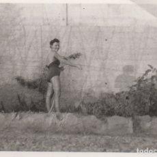 Fotografía antigua: FOTOGRAFIA - FOTO EROTICA MUJER POSANDO EN BAÑADOR EN UN HUERTO. Lote 178606855