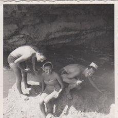 Fotografía antigua: FOTOGRAFIA - FOTO EROTICA MUJERES POSANDO EN BAÑADOR EN LA PLAYA AMIGOS. Lote 178607452