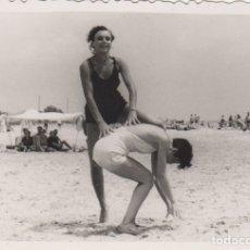 Fotografía antigua: FOTOGRAFIA - FOTO MUJERES EN LA PLAYA AÑO 1952. Lote 178610668