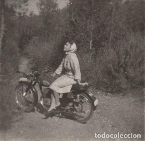 FOTOGRAFIA - FOTO MUJER POSANDO EN UNA MOTO OSSA - BULTACO - MONTESA? (Fotografía - Artística)