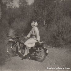 Fotografía antigua: FOTOGRAFIA - FOTO MUJER POSANDO EN UNA MOTO OSSA - BULTACO - MONTESA?. Lote 178610790