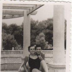 Fotografía antigua: FOTOGRAFIA - FOTO MUJERERES ENAMORADAS EN BAÑADOR AÑO 1952. Lote 178610923