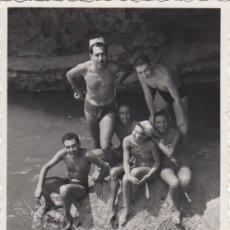 Fotografía antigua: FOTOGRAFIA - FOTO AMIGOS HOMBRES Y MUJERES EN LA PLAYA 1956. Lote 178611028
