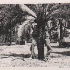 Fotografía antigua: FOTOGRAFIA - FOTO EROTICA MUJERES POSANDO EN UNA PALMERA AÑO 1954. Lote 178611258