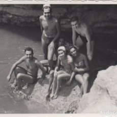 Fotografía antigua: FOTOGRAFIA - FOTO EROTICA AMIGOS EN LA PLAYA BAÑADOR AÑO 1956. Lote 178612192