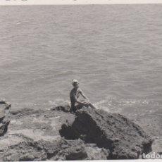 Fotografía antigua: FOTOGRAFIA - FOTO EROTICA MUJER POSANDO EN UNAS ROCAS. Lote 178612327