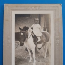 Fotografía antigua: BONITA FOTO ANTIGUA. NIÑO PEQUEÑO POSANDO CON CABALLO. Lote 178951363