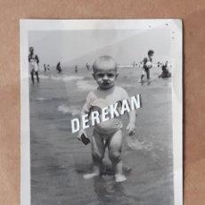 Fotografía antigua: ANTIGUA FOTOGRAFÍA NIÑO EN LA PLAYA. 1958. FOTÓGRAFO A. FUERTES. GRAO. VALENCIA.. Lote 179038231