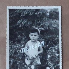 Fotografía antigua: ANTIGUA FOTOGRAFÍA NIÑO. AÑOS 50. TROQUELADA.. Lote 179039336