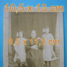 Fotografía antigua: ANTIGUA FOTOGRAFIA A IDENTIFICAR - TRAJES Y VESTIDOS DE EPOCA - 8,5 X 11,5 CM. Lote 179041410